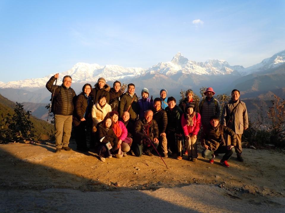 アンナプルナ山群を背景にサランコットで、一行19名の記念写真
