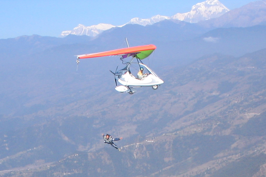 ポカラでウルトラ・ライト・プレーン(エンジン付きハングライダー)に乗る神渡