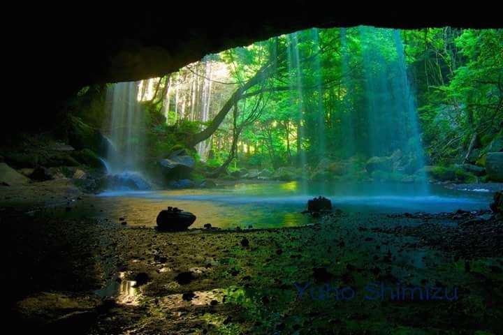 白と緑と青の光の写真