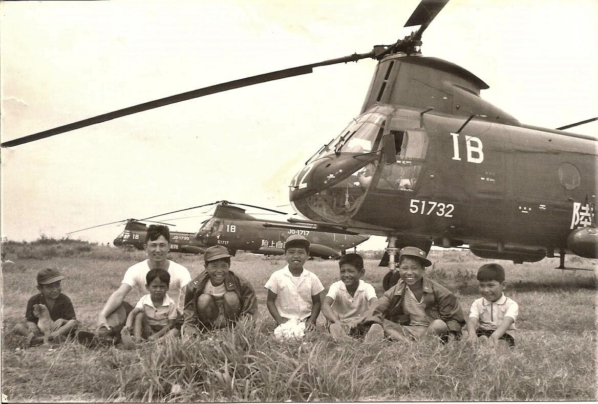上自衛隊の大型ヘリの前で沖縄・石垣島の子どもたちと写った植山洋一さん