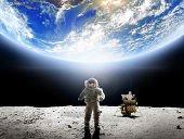 宇宙からみずみずしいいのちの惑星・地球に見入っているあなた