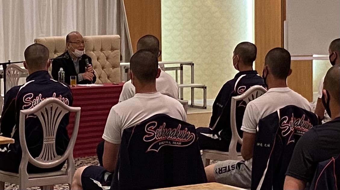練習が終わって、宿舎の鴨川グランドホテルで野球部員に話をする筆者