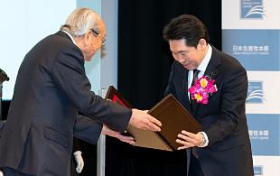 日本経営品質賞を授与される大串社長