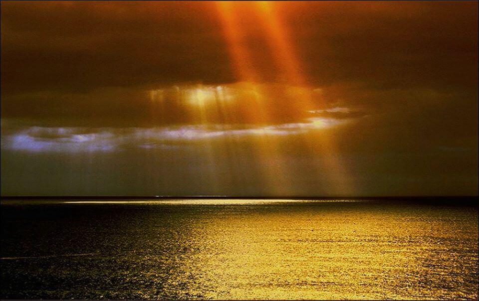 雲間から射す日の光